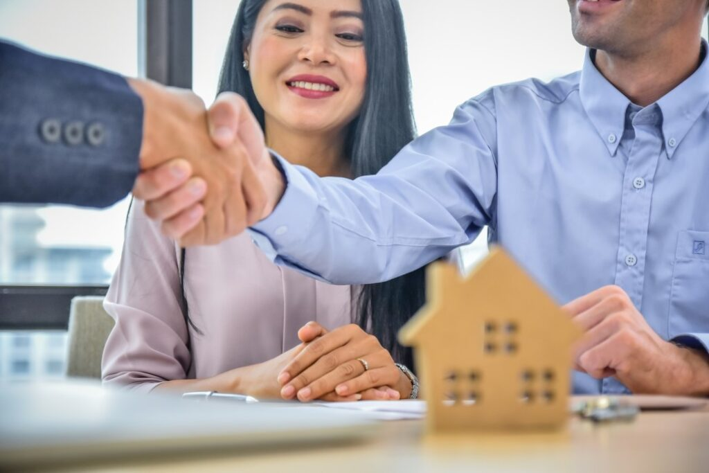 FSBO home buyers shaking hands